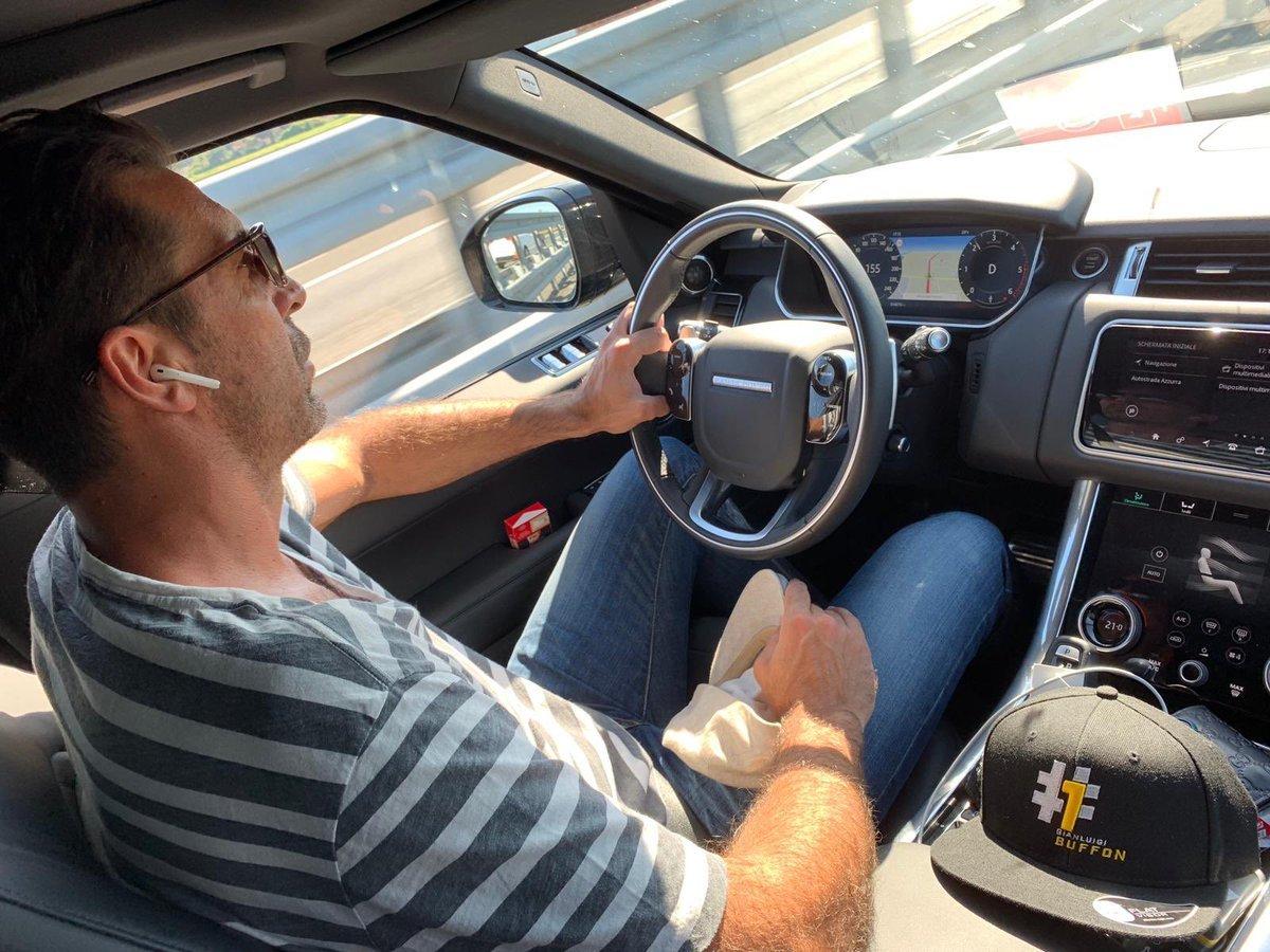 Buffon se delata en su foto más ilegal: ¿Cuántas normas de tráfico infringe?