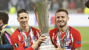 Fernando Torres y Saúl sostienen el título de Europa League...