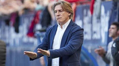 Sergio Egea, técnico del Oviedo, pide calma durante un partido.