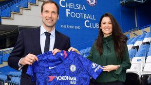 Cech posa con la camiseta del Chelsea en su presentación.
