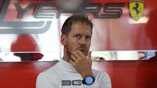 Vettel, en el box de Ferrari en Paul Ricard.