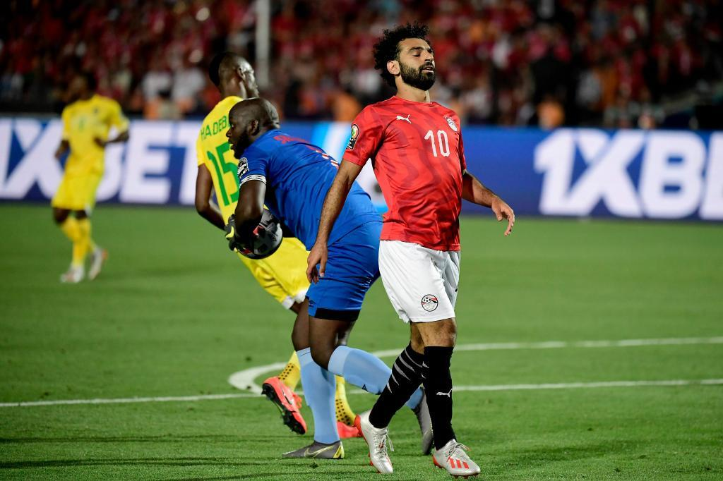 Egypts forward Mohamed <HIT>Salah</HIT> (R) reacts after a missed chance during the 2019 Africa Cup of Nations (CAN) football match between Egypt and Zimbabwe at Cairo International Stadium on June 21, 2019. (Photo by JAVIER SORIANO / AFP)