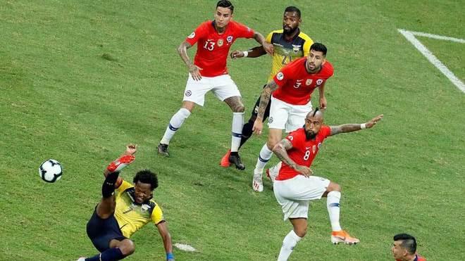 Ibarra intenta rematar de chilena ante Arturo Vidal.