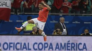 Alexis celebra su gol.