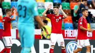 Skov Olsen, con el 17, celebra su gol a Austria en el europeo sub 21.