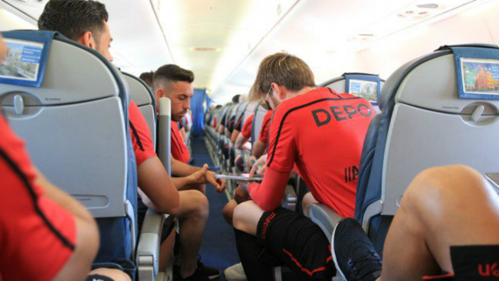 Los jugadores del Dépor en el interior del avión antes de viajar a...