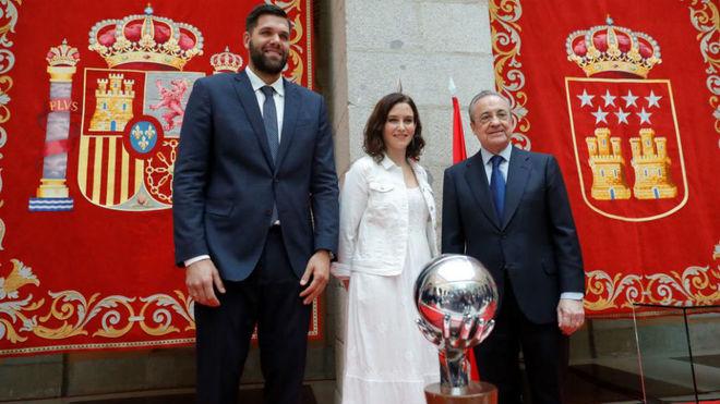 Felipe Reyes y Florentino Pérez, junto a la candidata del PP a la...