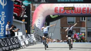 Alberto Contador, a la llegada a la meta junto a Ibon Zugasti.