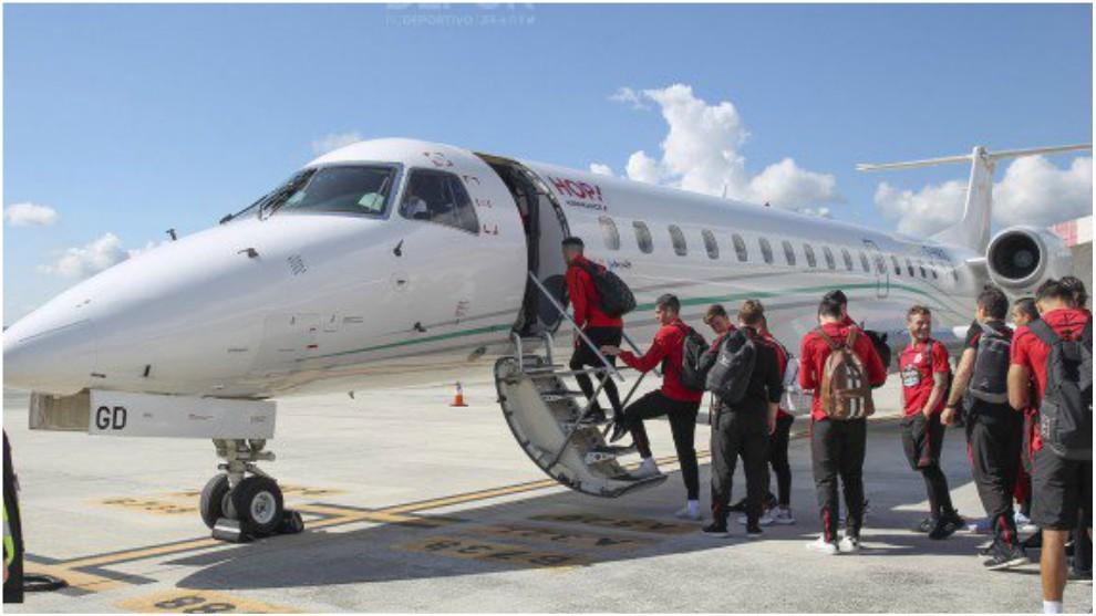 Los jugadores el Dépor subiéndose a un avión