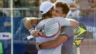 Galan y Mieres se abrazan tras ganar.