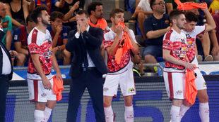 Diego Giustozzi y los jugadores de ElPozo se lamentan en el banquillo.
