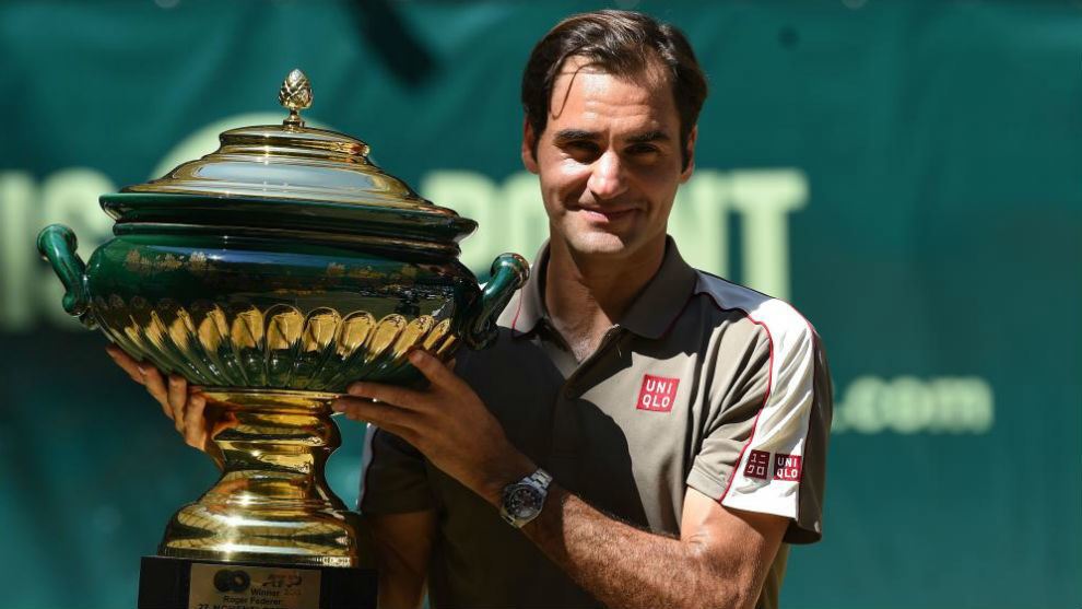 Federer, con el trofeo de campeón en Halle
