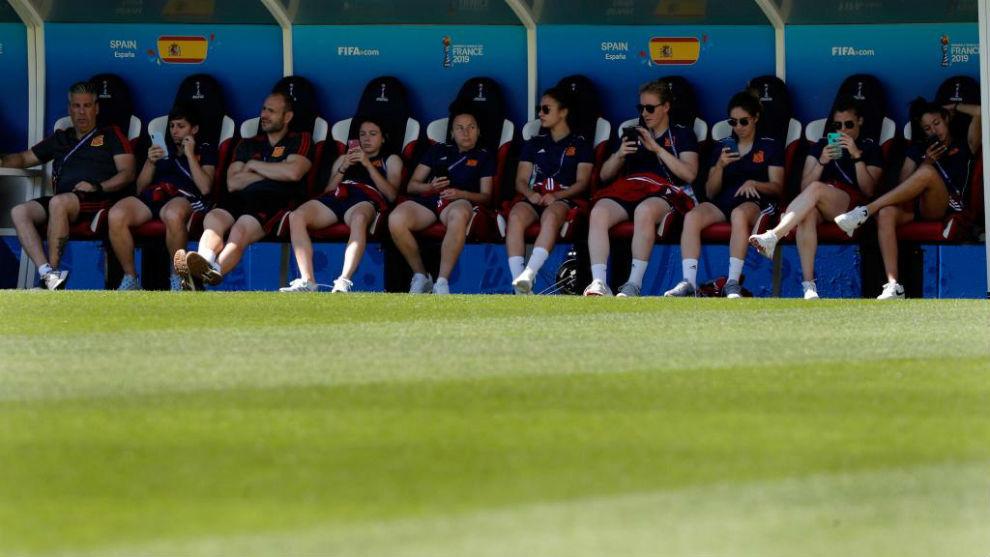 Las jugadoras de la selección española en el banquillo del estadio...