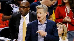 Los Lakers podrían arrebatarle a Steve Kerr uno de sus ayudantes más...