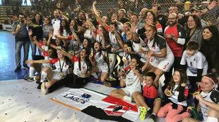 Las jugadoras del Leoas da Serra celebran el título.