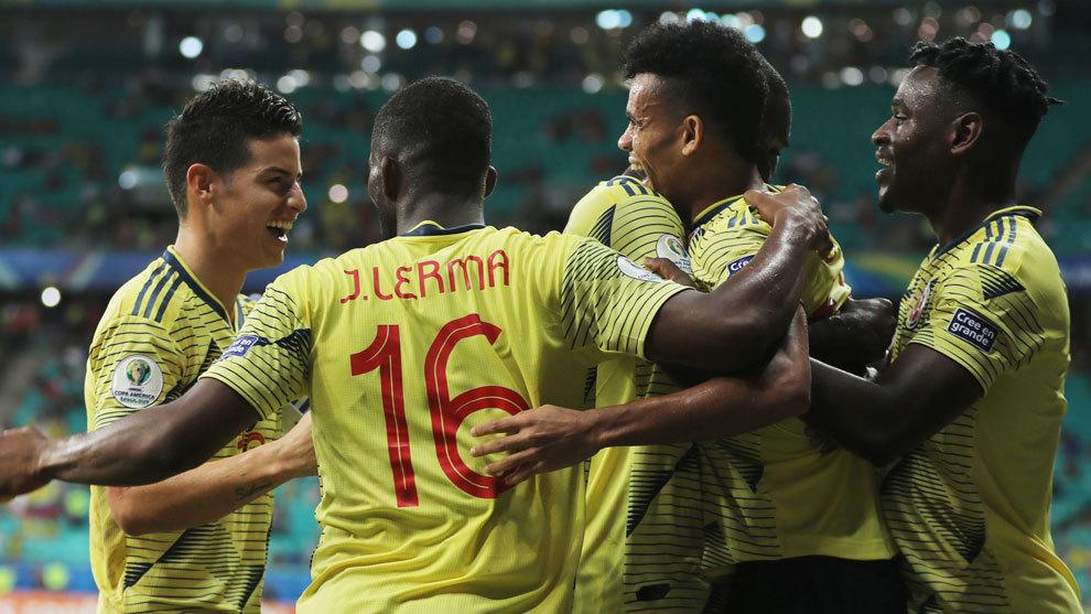 Los jugadores colombianos celebran un gol.