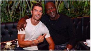 Cristiano Ronaldo y Michael Jordan posan para la fotografía