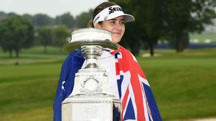 La australiana Hannah Green posa con el trofeo del PGA