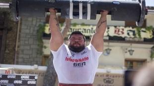 Roberto Rodríguez con el cilindro de 140 kg