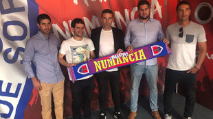 Luis Carrión, nuevo entrenador del Numancia, posa junto a sus...