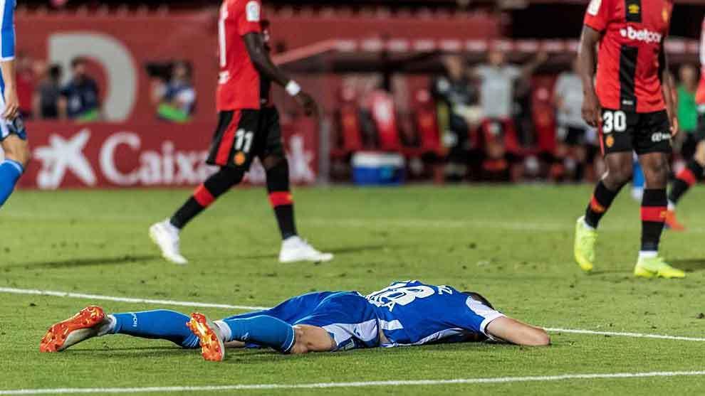 Carlos Fernández, hundido en el césped de Son Moix tras una acción...