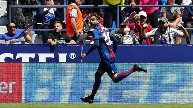 Campaña celebra un gol con el Levante.