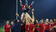 Los jugadores españoles mantean a un compañero tras la victoria del...