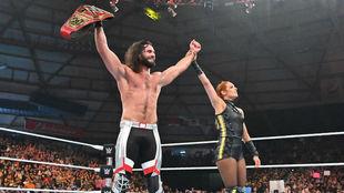 Seth Rollins celebra su triunfo junto a Becky Lynch.