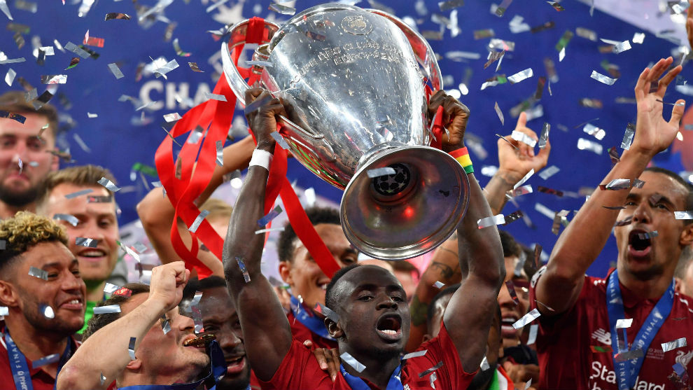 Sadio Man (27) lifting the Champions League.