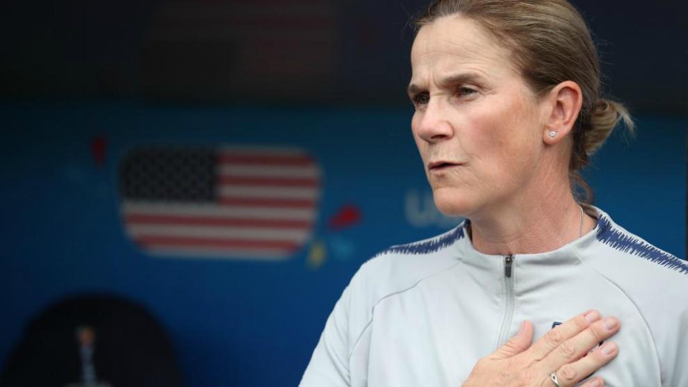 Jill Ellis escucha el himno nacional antes del partido de octavos.