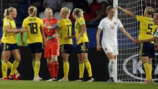 Las jugadoras de Suecia felicitan a Lindahl tras parar el penalti.