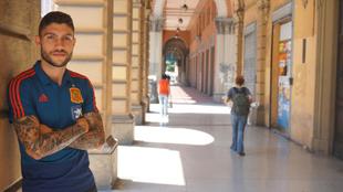 Unai Núñez posa para MARCA en las calles de Bolonia