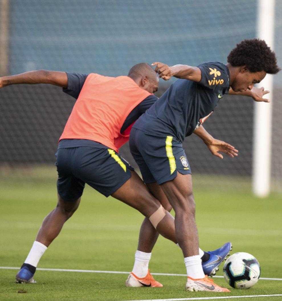 Fernandinho intenta quitar un balón a Willian este lunes