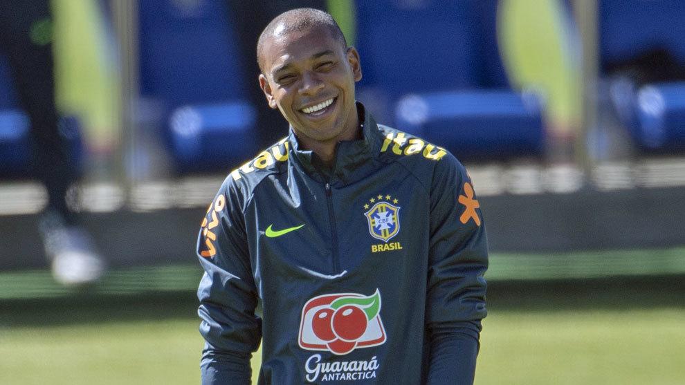 Fernandinho sonríe durante un entrenamiento de Brasil