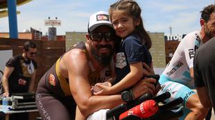 Dani Guerrero junto a su hija Isabel.