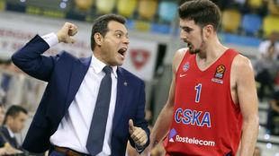 Nando De Colo recibe instrucciones de su entrenador en el CSKA,...