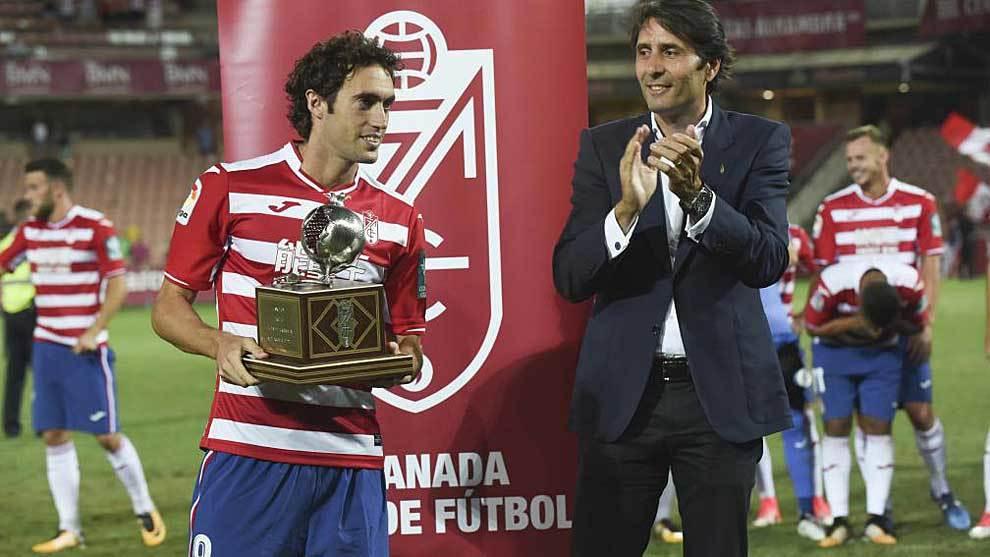Raúl Baena recibe de Ignacio Cuerva un trofeo en Los Cármenes hace...