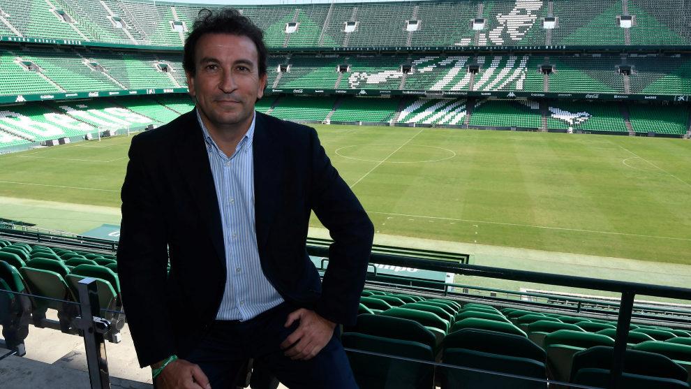 López Catalán posa para MARCA en el Villamarín.