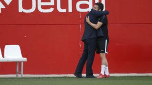 Monchi y Sarabia se abrazan el pasado 26 de marzo.