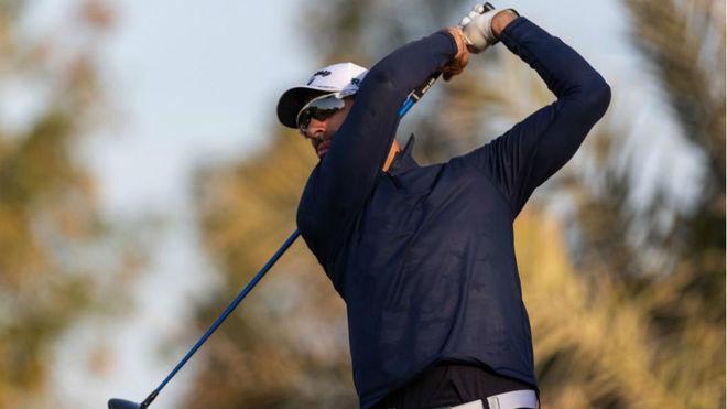 Álvaro Quirós juega el driver en el torneo de Abu Dabi
