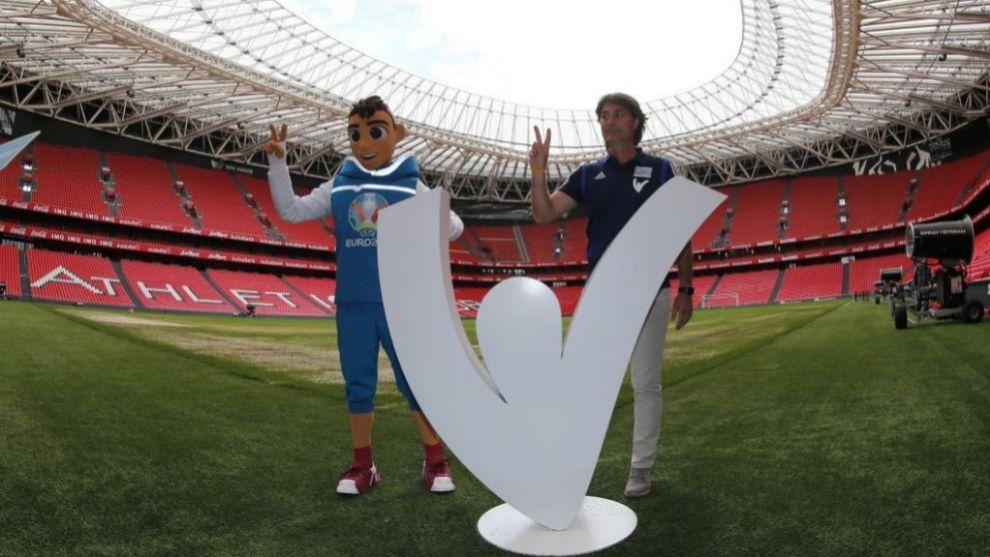 Julen Guerrero, uno de los embajadores de la Eurocopa, posa en San...