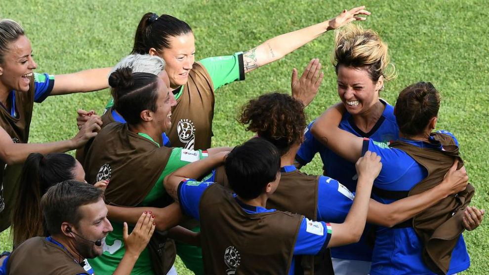 Giacinti celebra con las suplentes de Italia su gol.