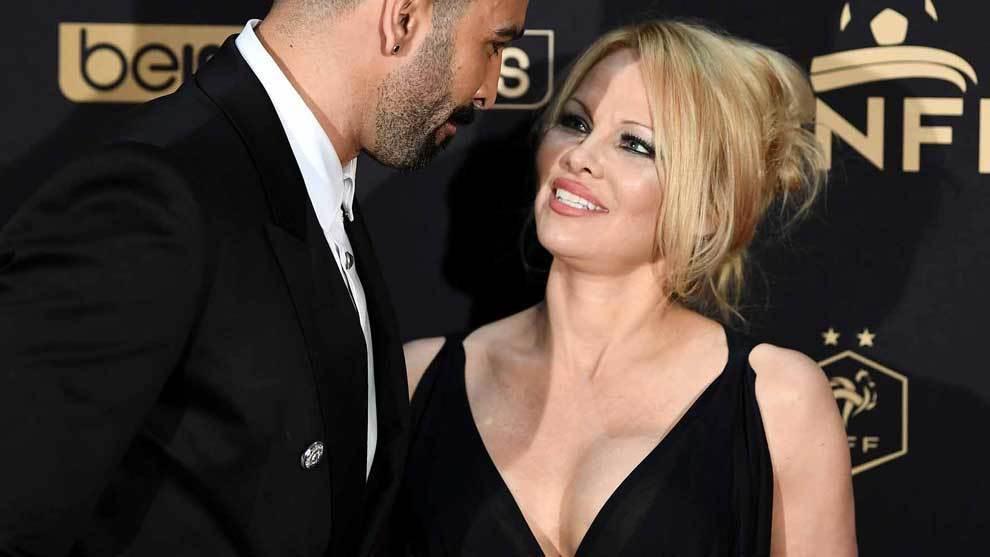 El futbolista Adil Rami y la actriz Pamela Anderson juntos en París...