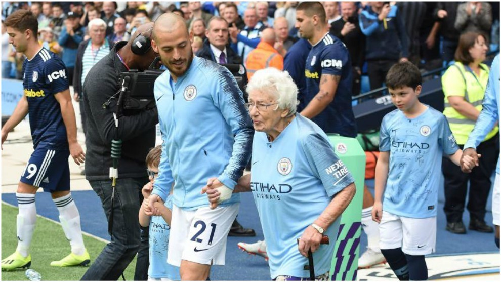 David Silva accompanies Vera Cohen, City's 102-year-old fan