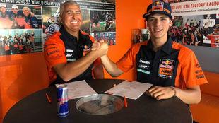 Prado, en la firma de su nuevo contrato con KTM