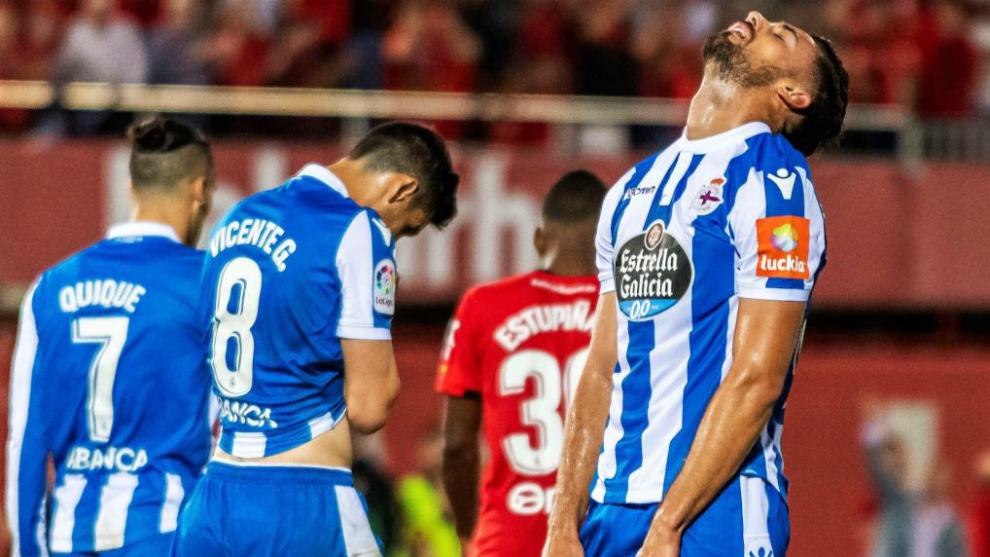 Los jugadores del Dépor se lamentan en el partido ante el Mallorca.
