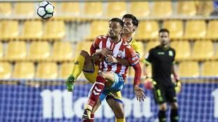 Cristian Herrera, sujetado por David Fernández en el Alcorcón-Lugo...