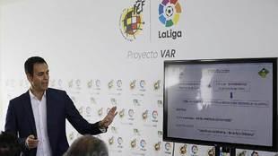 Carlos Velasco, explicando algunos aspectos de la implantación del...