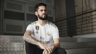 Isco, posando con la nueva camiseta del Real Madrid.