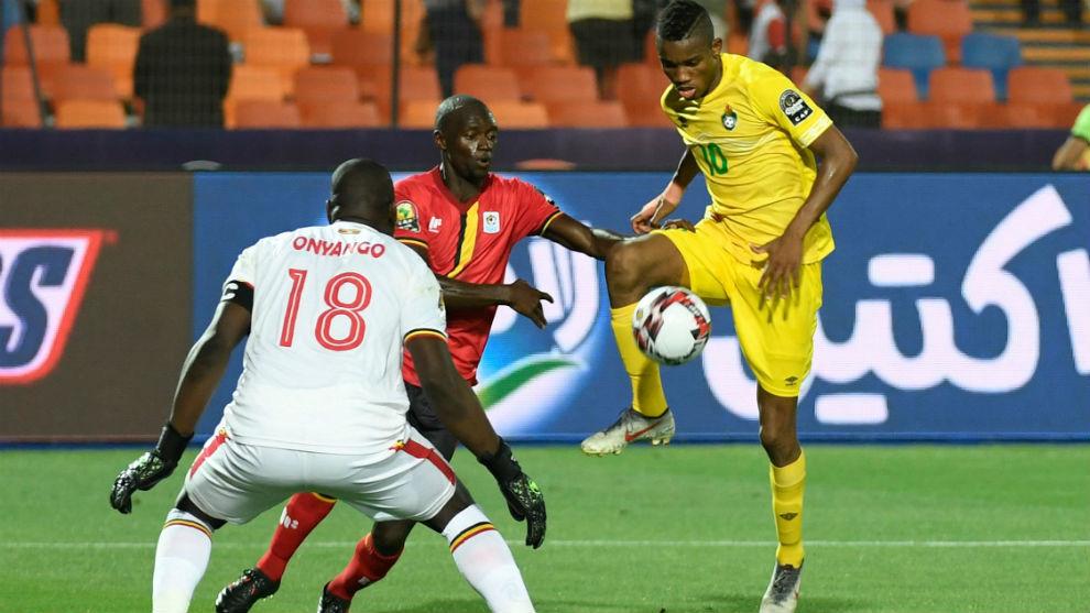 Ovidy Karuru (30), intenta marcar ante la oposición de Denis Onyango...